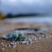 Mikroplastik - skąd się bierze, jak go ograniczać?